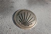 Des clous de bronze sur le sentier vers Saint-Jacques de Compostelle en Essonne